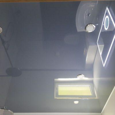 Dunkelgraue Lackspanndecke im Bad mit GX53 Spots