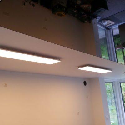 Eine Kombination aus Lackspanndecke und Satinspanndecke mit LED - Modulen mit eingebauter Dunstabzugshaube