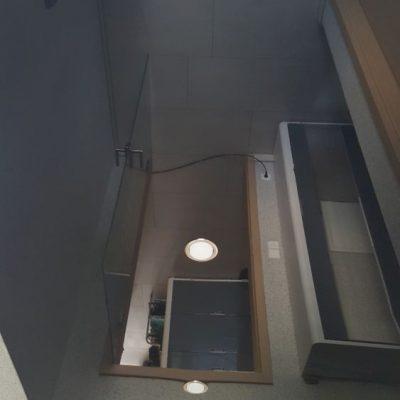 Eine weiße Lackspanndecke im Bad mit Beleuchtung