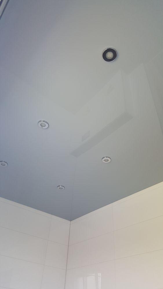 Eine Lackspanndecke im Bad mit speziellen spritzgeschützten Lampen