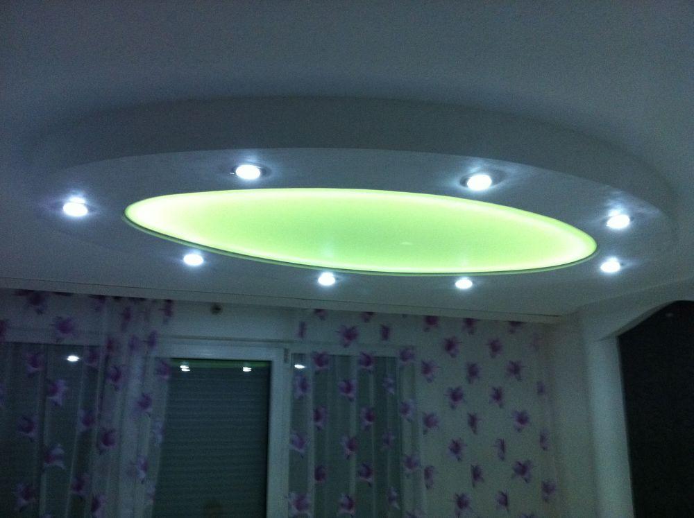 Eine ovale Lichtspanndecke mit RGB - Beleuchtung