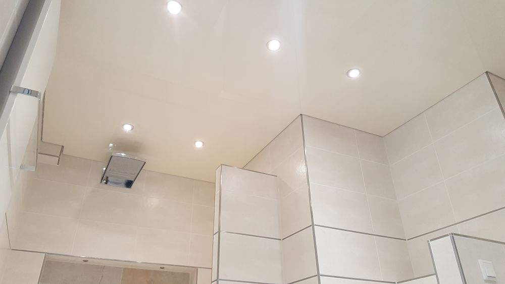 Eine mattierte Spanndecke im Bad mit Beleuchtung