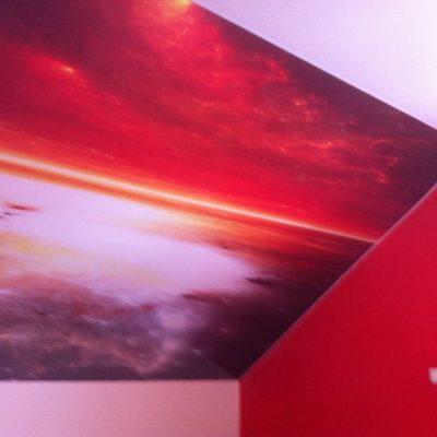 Spanndecke mit Digitaldruck im Dachgeschoss mit Schrägen
