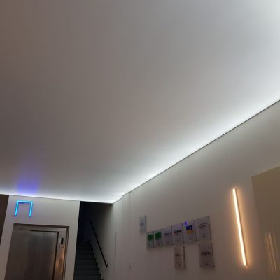 Spanndecke mit inderektem Lichtkonzept im Treppenhaus