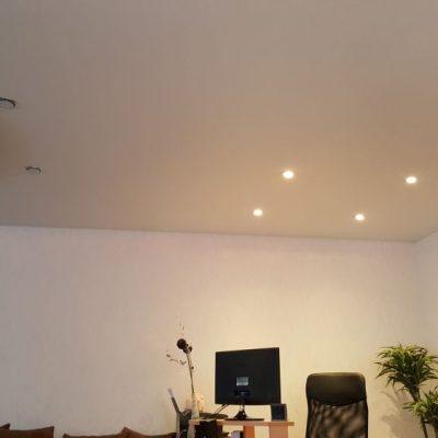 Mattspanndecke mit speziell beleuchteter Bürozone