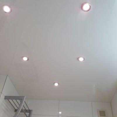 Lackspanndecke im Bad mit Beleuchtung