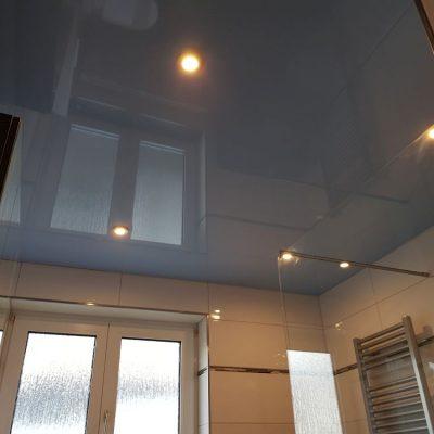 Graue Lackspanndecke im Bad mit Beleuchtung