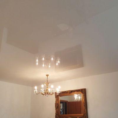 Weiße Spanndecke mit integrierter Leuchtkrone