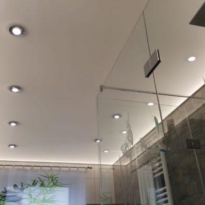 Lichtspanndecke im Bad mit indirekter und direkter Beleuchtung