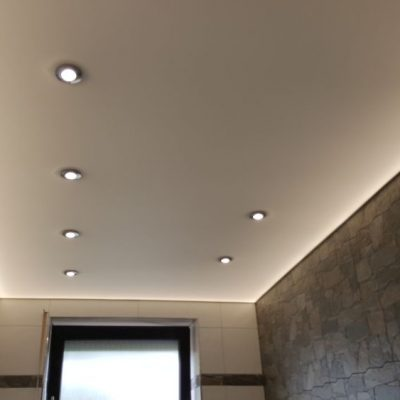 Lichtspanndecke im Bad mit indirektet und direkter Beleuchtung