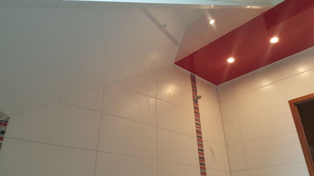 Zweifarbige Lackspanndecke im Bad mit zwei Spotlichtern