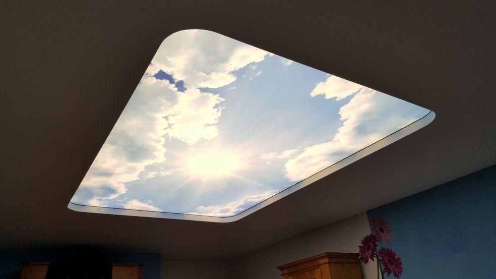 Fotodruck einer Kombination aus Mattspanndecke und Lichtspanndecke mit Digitaldruck